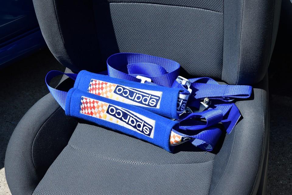 現在、シートベルトはノーマルのままですが、4点式シートベルトも付属(床面側の2本は取付済)します。取付ご希望の方は、別途ご相談ください。