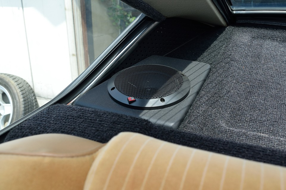 スピーカーはパワー十分のROCKFORD製!ご覧のスピーカーボード製作して取り付けたので、旧車に有りがちなビビリ音も皆無!