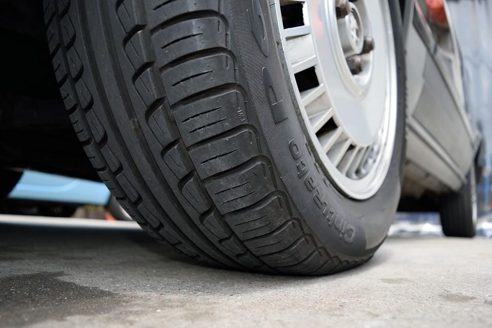 タイヤはアルファにピッタリのピレリP6、サイズは195/60R15。タイヤ残山は7~8分山というところでしょうか。当分交換の必要はありませんね。