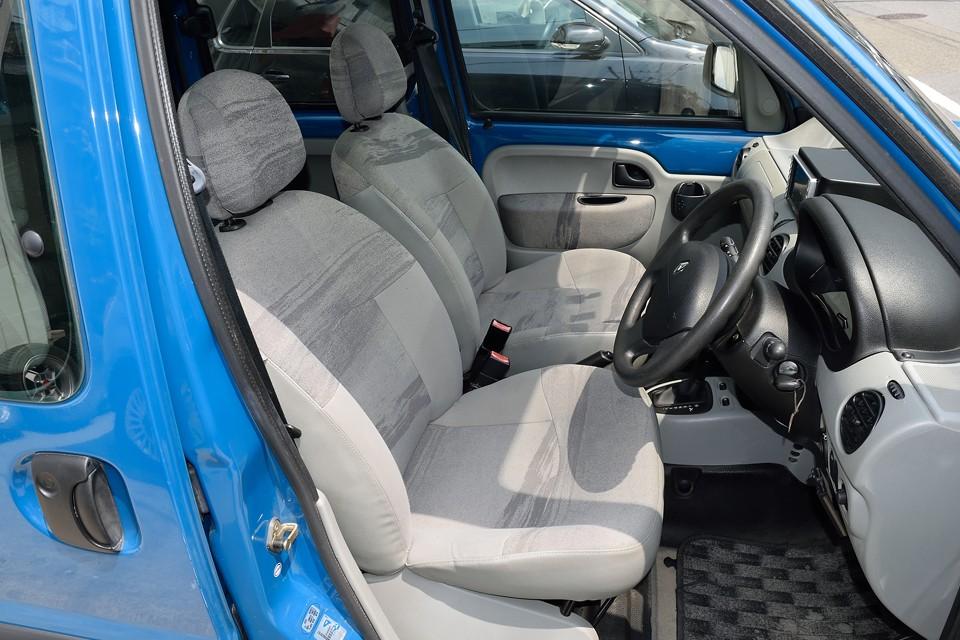 ファミリーカーとして使われる事が多いカングーの宿命?でしょうか、シートが汚れているものが多いのですが、この個体はシミや汚れは皆無!これは気持ちいい~!