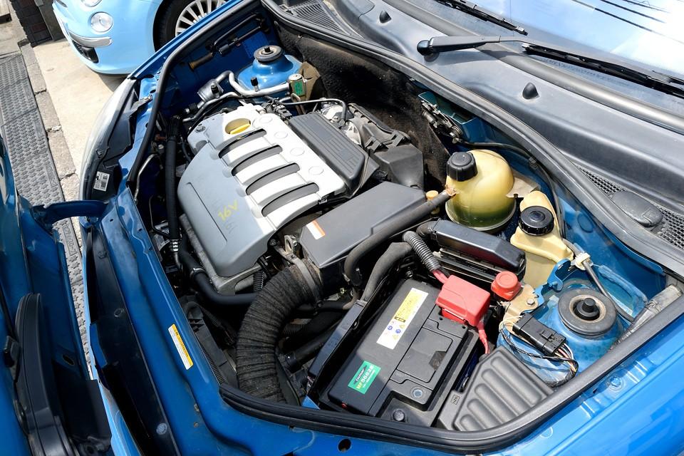 直列4気筒DOHC16バルブ、1598cc、最高出力95ps/5000rpm、最大トルク15.1kg・m/3750rpmを発生するエンジン!フランス実用車の典型のような低回転トルク型エンジンなので、街中では想像以上にパワフルで俊足なのです!