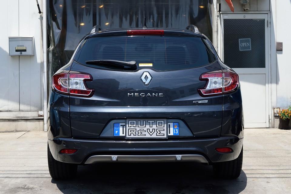 ボディカラーとリアレンズのクッキリとしたコントラストがいいですねぇ。2012年車ですが、すでに現在のトレンドでもある異形デザインを取り入れたリアレンズ!