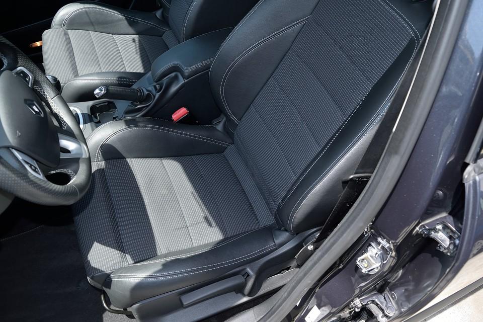 一番使用感を感じやすい運転席でさえ、この状態です。目立つ汚れ、ステッチのほつれなんかもありません。