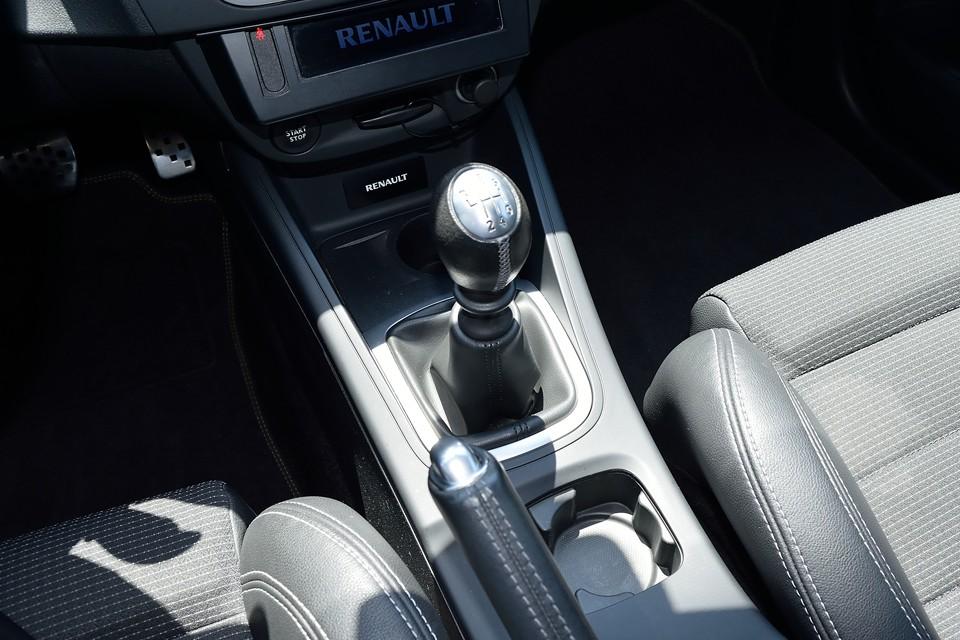 はい、正真正銘、左ハンドルの6MT車です。シフトフィールはルノーの伝統でしょうか、少しゆるさを感じるものの、決まるとスコンッと入る、あの感じ!