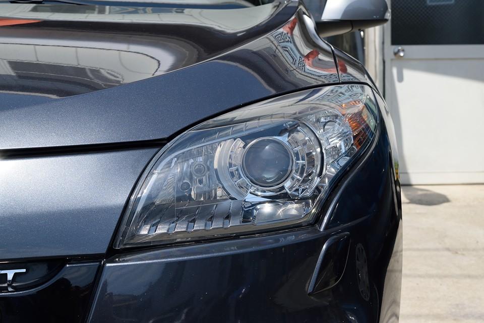 現代車らしい切れ長のヘッドライトのクルマって、怒ったように見えるのがほとんどですが、このメガーヌはむしろ優しい印象です。やっぱデザインなんですねぇ。