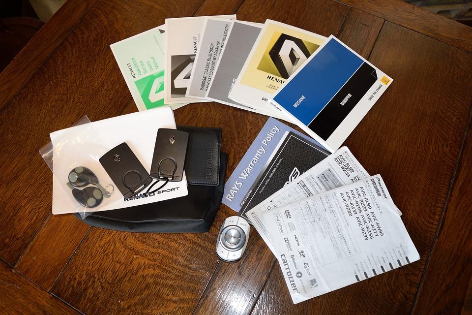 各種マニュアル、記録簿、スペアキー等すべて揃っています。カロッツェリアの上位ナビだけの専用コントローラーも付属します。