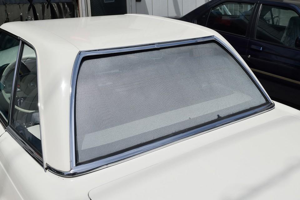 リアウインドウは本来、素ガラスですが、室内側からの視界は確保出来るシェードを取り付けてあります。これだけ広い面積なので日差対策は必要ですからね。後方からの視線を遮ってくれる効果も!