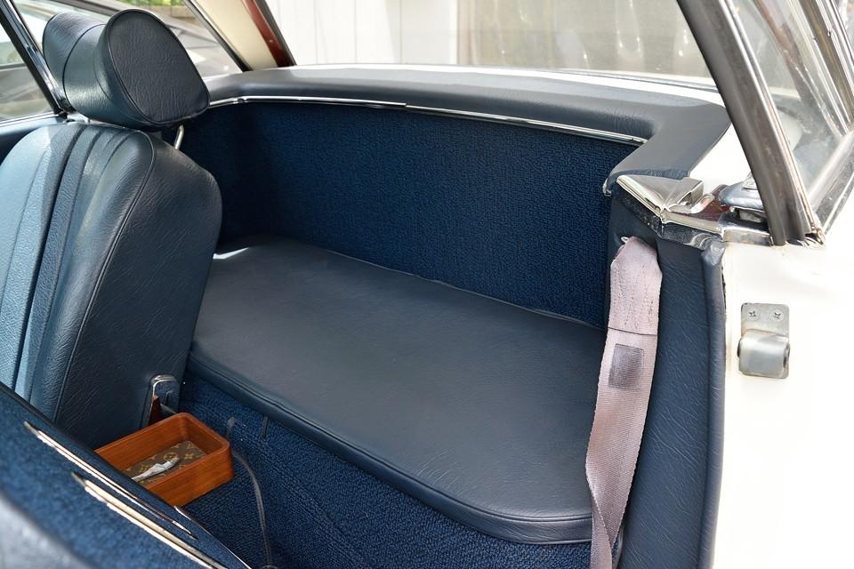 2人乗りですので、シート後部はラゲッジスペースになります。兎角2シーターは手荷物の置場にすら困る事が多いですが、これだけのスペースがあれば、その心配は要りませんね。