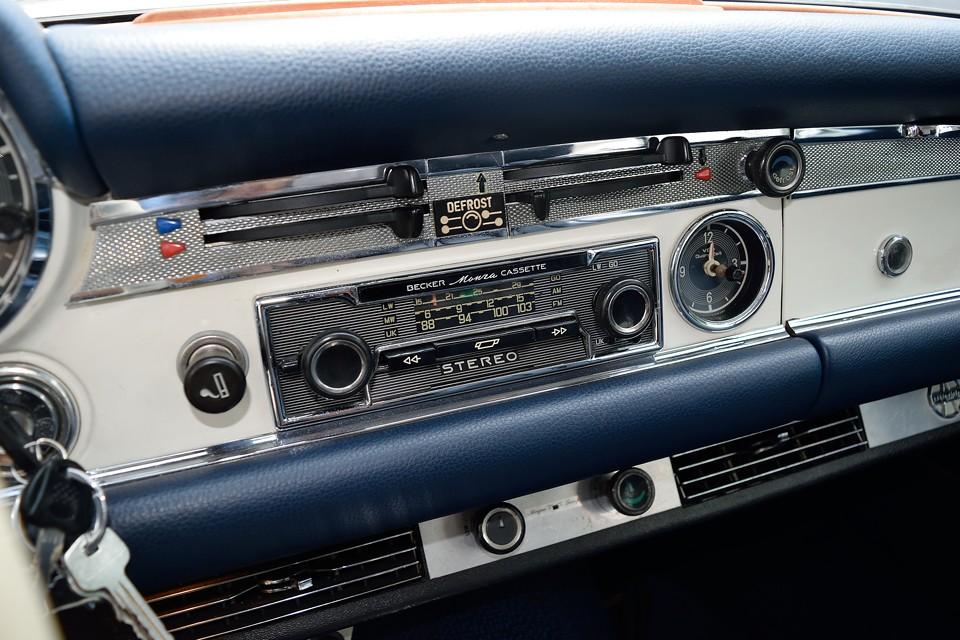 オーディオは当時のドイツ車では定番の「BECKAR」を装備!モデルは「BECKER Monza CASSETTE」。ラジオはちゃんと鳴りました!カセットはテープが無いので・・・。