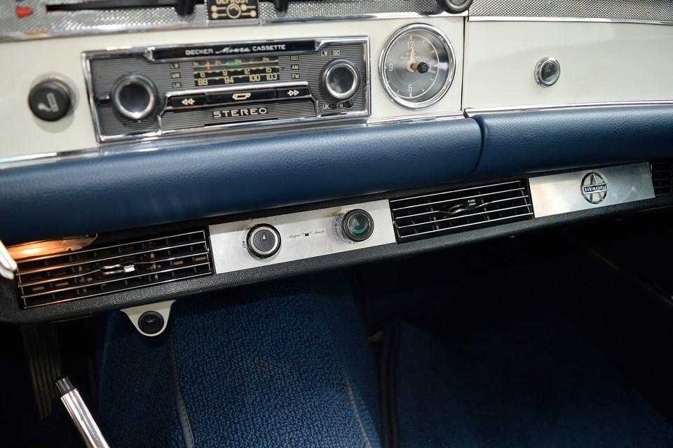 これもSLでは定番の「Kuhlmeister」製のクーラーユニットを装備!現代車のように室内全部がキンキンに、とはいきませんがちゃんと冷えます。