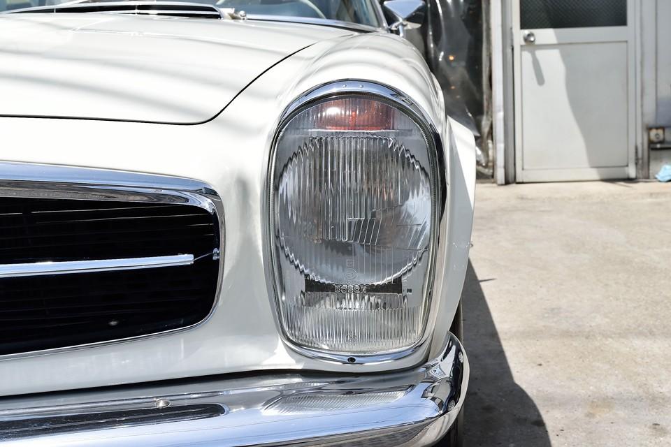 このクルマの最大の特徴と言ってもいい縦目のヘッドライトは、ご覧の通りとってもクリアー!白いボディと相まって、とても清潔感がありますね。