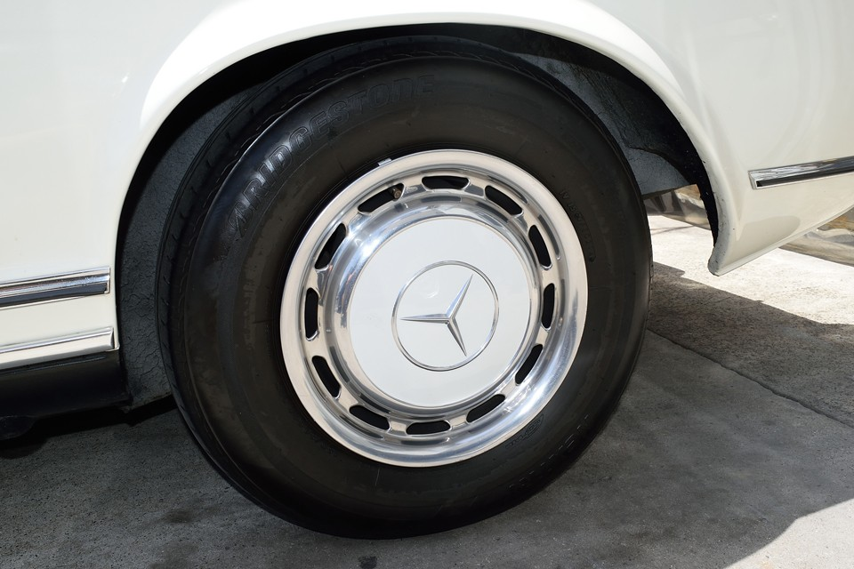左リアホイール。サイズがあれば、タイヤをリボンタイヤにするのもいいかもしれませんね。一層上品なイメージになりそうです。