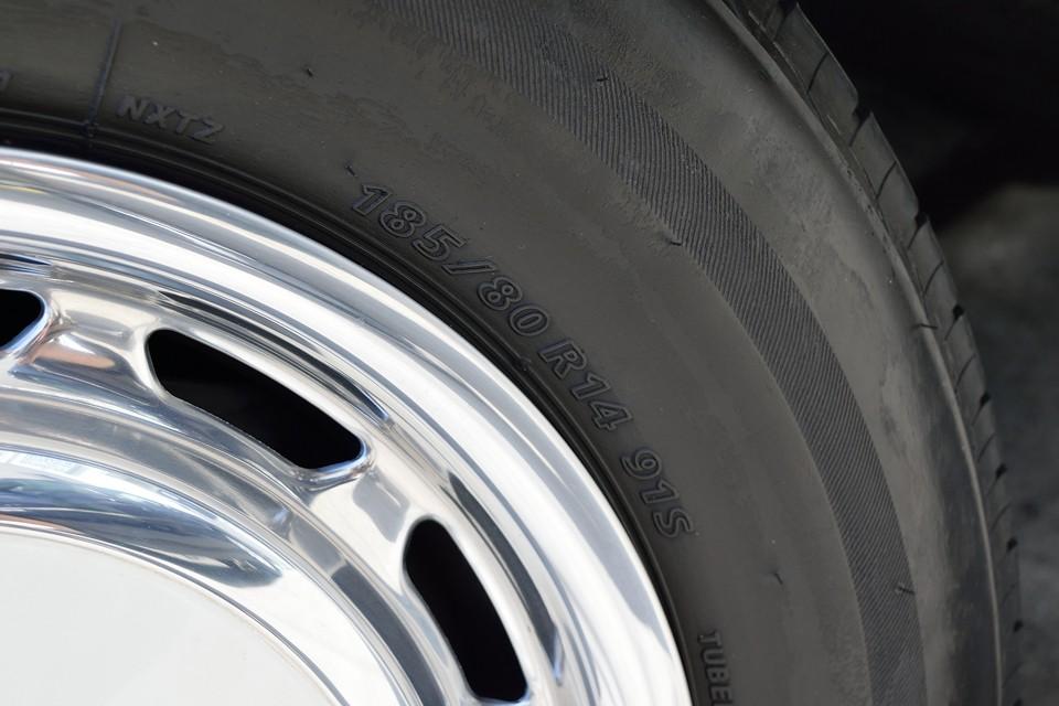 タイヤサイズは185/80R14。容易に、しかも安価で入手可能なサイズですので、「タイヤサイズが無くて!」なんて旧車に有りがちな心配も無用です。