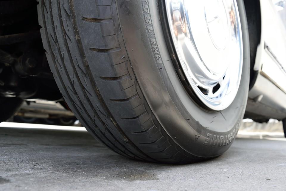 タイヤは5分山というところでしょうか。年数は少し経過しているようですが、十分柔らかさもあるので当分は交換の必要はなさそうです。