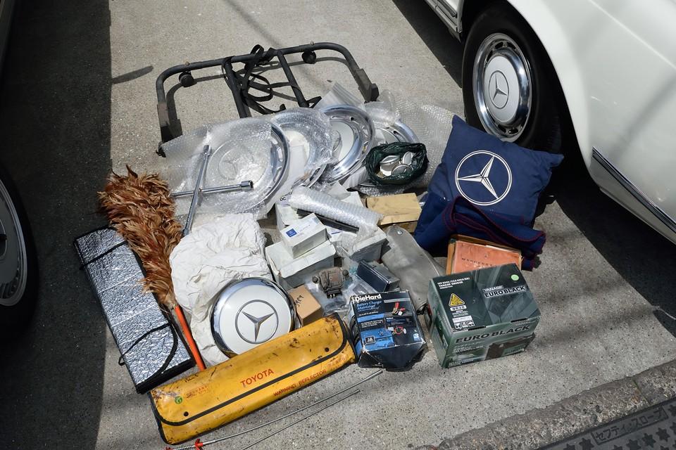 トランク内に積んであるこれらのものは、すべておまけで付属します。中には貴重なパーツも・・・。