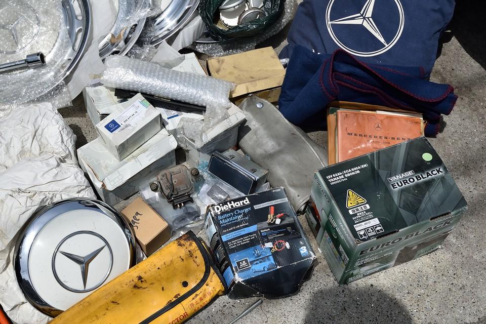 細々した予備パーツに、前述のホイールキャップ、バッテリー充電器、予備バッテリー、パーツリスト等々、すべて付属します。