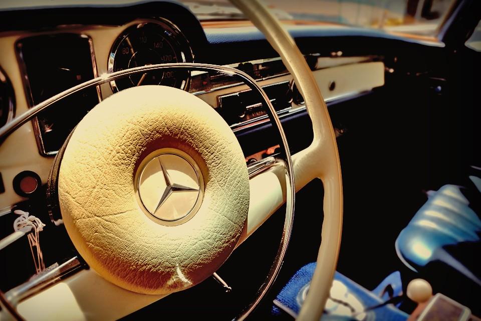 想像してみてください。SLの華奢なハンドルを駆って、目的地を決めない自由なドライブの時・・・6連の鼓動から生まれるたっぷりとしたトルクにやさしく背中を押される時・・・。