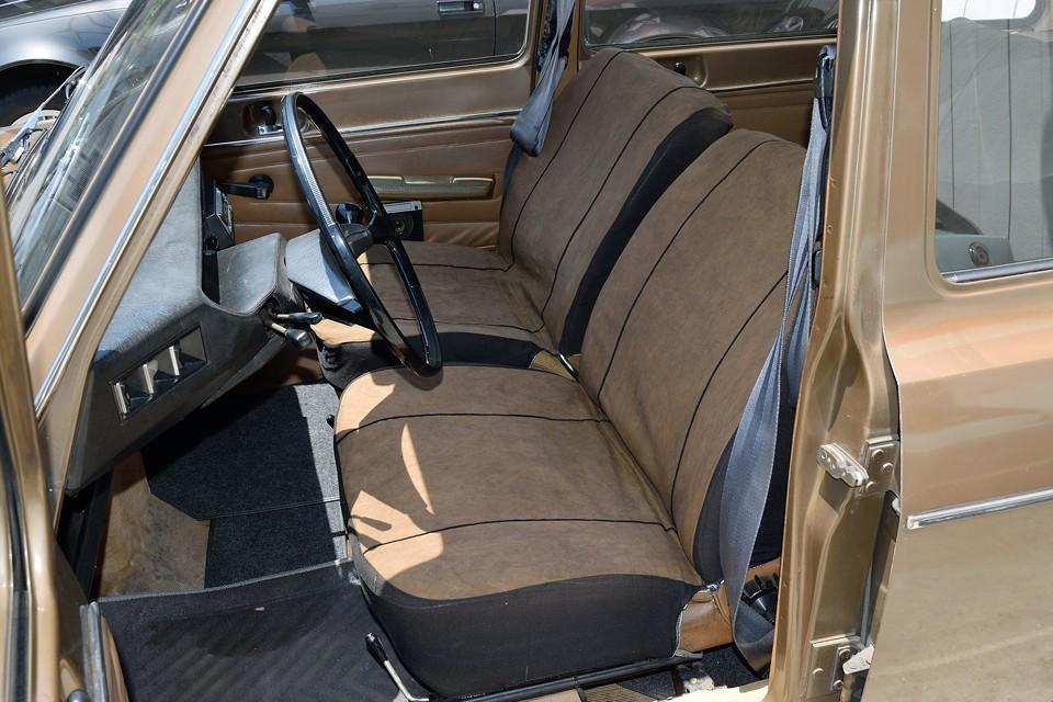 シートはオリジナル生地が案の定ボロボロなので、ご覧のブラウンに染めたシートカバーを被せました!むしろザックリとした布の素材感が良い感じかと!