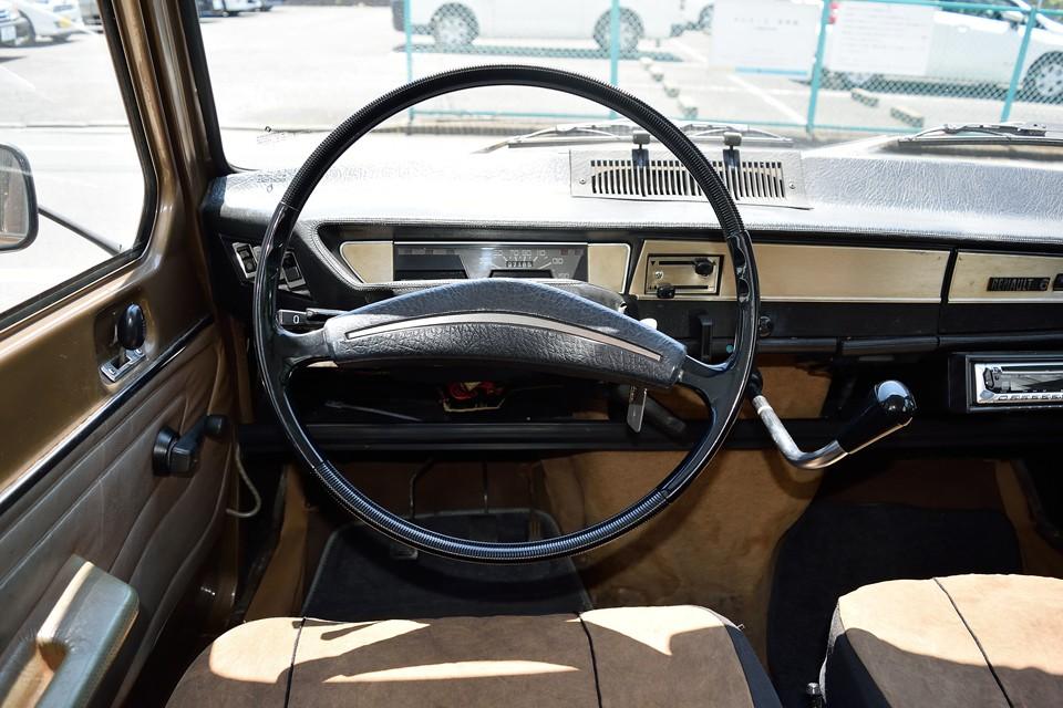 シンプルこの上ない運転席周りですが、キャトルに比べればチョ~豪華?!この時代の大衆車だけが持つ、アンティークな雰囲気と、機能美が凝縮された美しさを感じます。