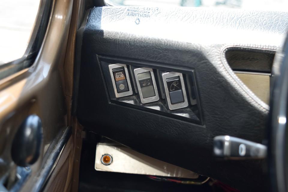 メーターパネル左端と同じ角度に設置されたスイッチ類・・・シンプルながらも気持ち良さを感じるのは、こういう細かなところかと。