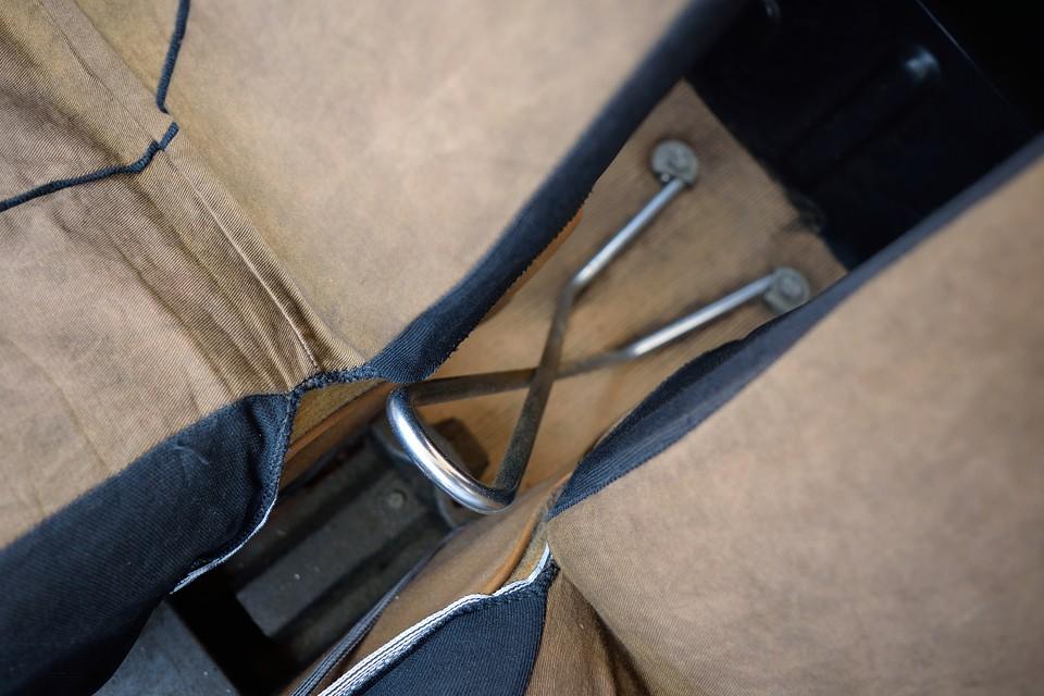 フロントシートの間にある、このクリップのお化けみたいなのは、シートベルトアンカー。ここにカチッとシートベルトをはめるのです。