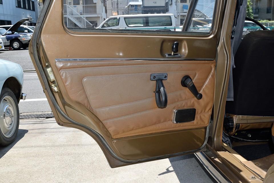 リアドア内張りです。日に当たると色褪せがかなり目立ちますが、乗車時はそれほどでもないかと・・・ルノー10と同様の革製のドアハンドルが雰囲気ですねぇ。
