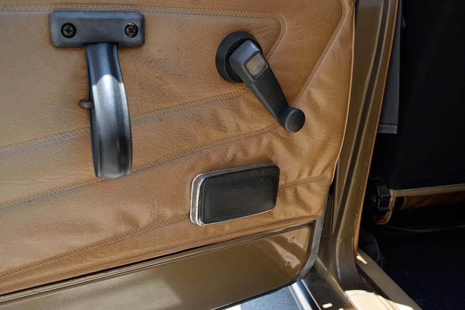 おっと、この時代の上級車の証、後席用の灰皿も装備!やっぱ、6って上級車なんだぁ・・・っていうか、こういうところで高級感を出すしかなかったとも言えるかと(苦笑)