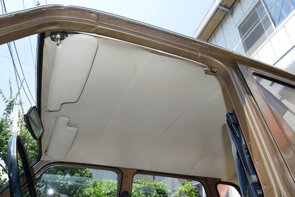 白いパンチングビニールレザーの天張りは薄い汚れはもちろんありますが、酷い破れも無く良い状態かと。また旧車独特の臭いはありますが、タバコやペットの嫌な臭いはありません!