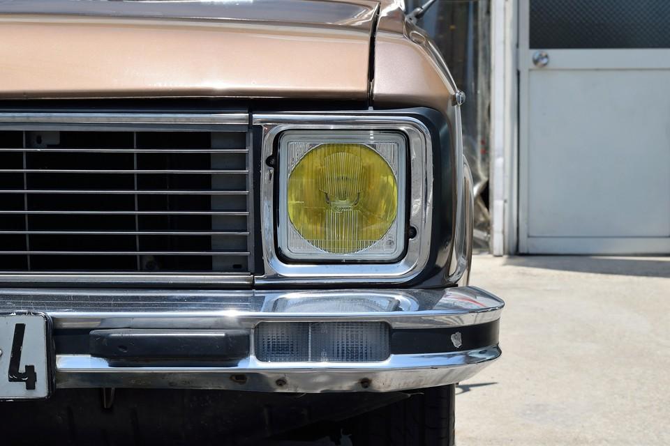 そうそう、やっぱりフランス車はイエローバルブが似合いますねぇ~、ヘッドライト自体も、周りのトリムもまだ真新しい印象です。