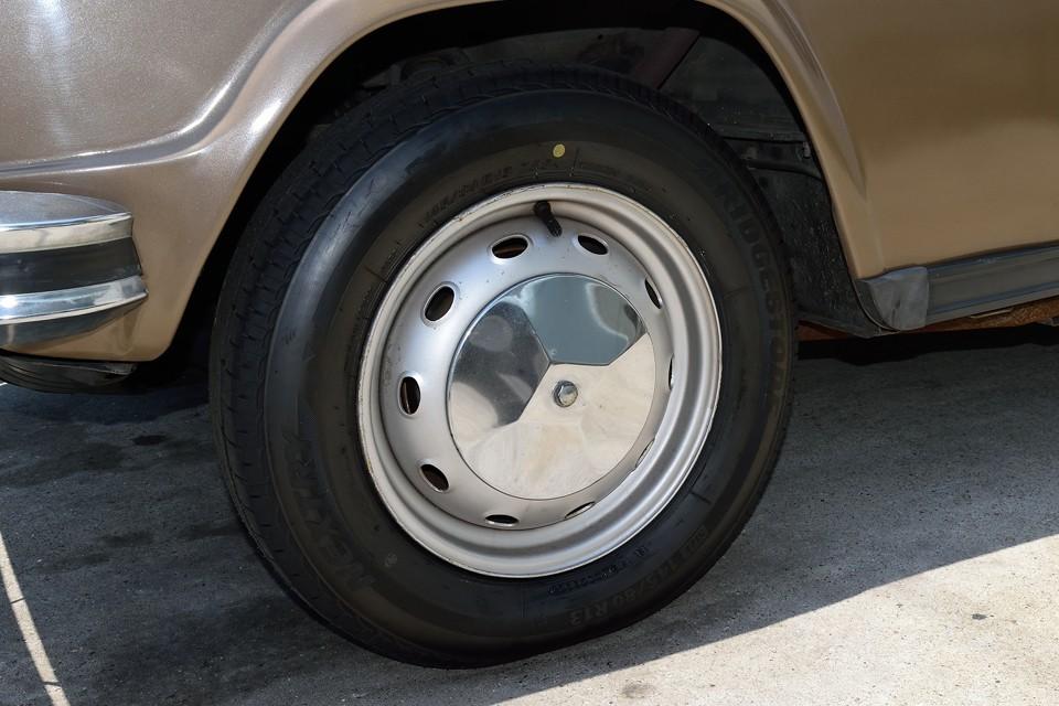 タイヤは新品交換済で、ホイールはご覧の鉄ッチンホイールにキャップが付きます。これ16と同じヤツですね・・・ってことは。