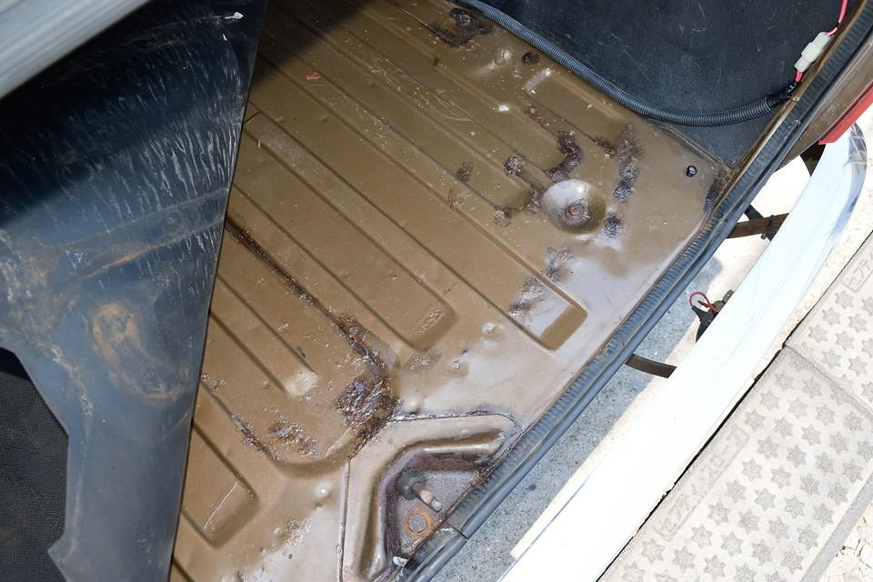トランク床面には、当然のことながら薄いサビがありましたので、サビ転換剤処理しました!むしろこれだけのサビで済んでる上に、処置済なのでご安心いただけるのではないかと。