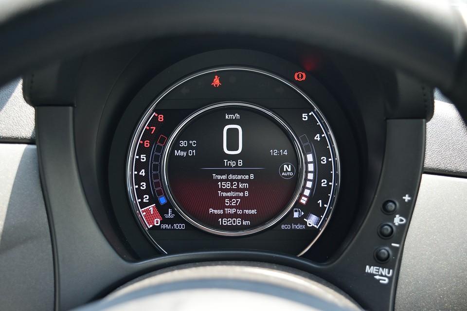実走行1.6万km!状態が良いのも当然と言えば当然の走行距離!メーターは液晶パネル表示で、ハッキリ、クッキリ、とても見やすいのです!