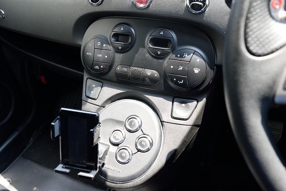 シフトは、あのフェラーリF1マチック由来のボタン式セミオートマ!ATモードで気楽にドライブから、MTモードでカリッカリドライブまで楽しめるのです!