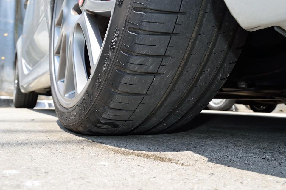タイヤはミシュラン製、PilotSport3を装着。5分山ほどでしょうか、当分は交換の必要はありませんね。