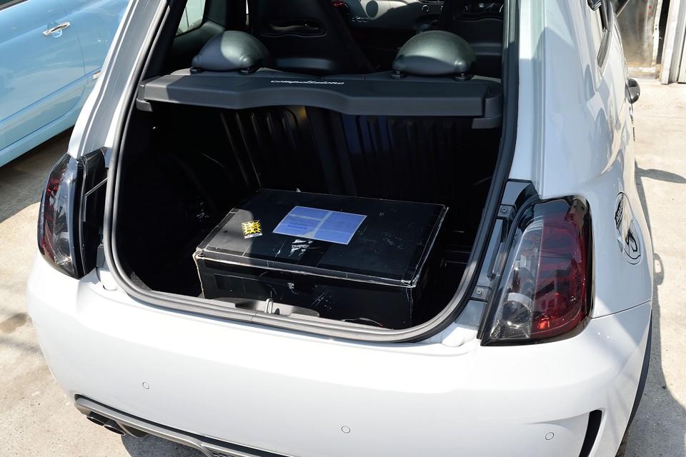 しかもハッチは、小さめなのと、取付角度のせいでしょうか、軽いので開閉は楽々!トランク内にあるのは、前述の純正リアレンズです。