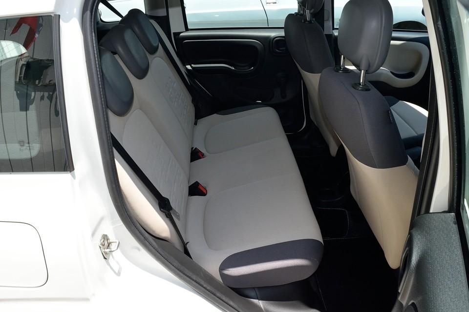 使用頻度が少なかったんでしょうね、前席にも増して後席は清潔!気持ち良くお乗りいただけると思います。