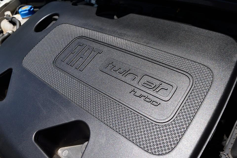 最大トルクをわずか1900回転で発生する特性が、このクルマの性格を物語っているのです。900ccながら同じフィアットの1200cc、1400ccエンジンよりトルクフル!背中を押されるようなトルク感が気持ち良いのですぅ~!