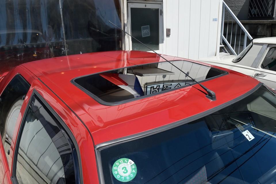一番劣化しやすいルーフ塗装もこの通り!しかもコーティングもされているようで、洗車時の水をはじくこと、はじくこと。拭き取りも楽々でした!