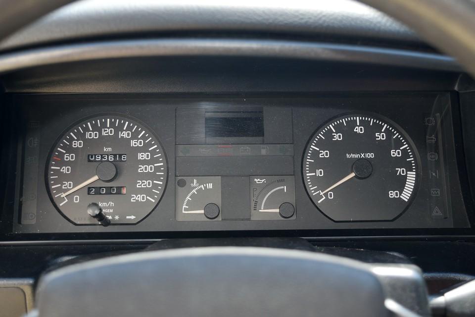 走行は9.4万km。年式を考えれば少ないと思いますが、走行距離よりは、どういった扱いをされてきた方が重要かと。大量のメンテ記録を見ますと、気になるタイベルは平成30年2月、86,040km時に交換歴有り。その他同時にドライブベルト、Fスプリング、Fハブベアリング、カムオイルシール、クランクオイルシール、プラグコード一式、タペットカバーパッキン等々、多数交換歴があり・・・。