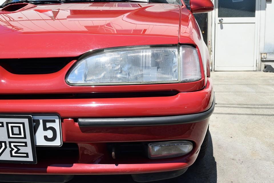 ヘッドライト、フォグともにガラスレンズなので、旧車にありがちな白く曇ることもありません。
