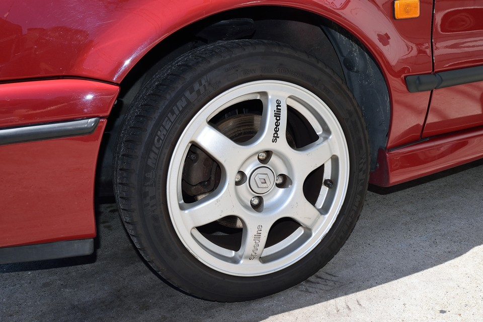 現在ホイールは欧州車には定番のspeedline製アルミが装着されています。スッキリと引き締まった印象はスポーティーグレードの16Sにはピッタリ!