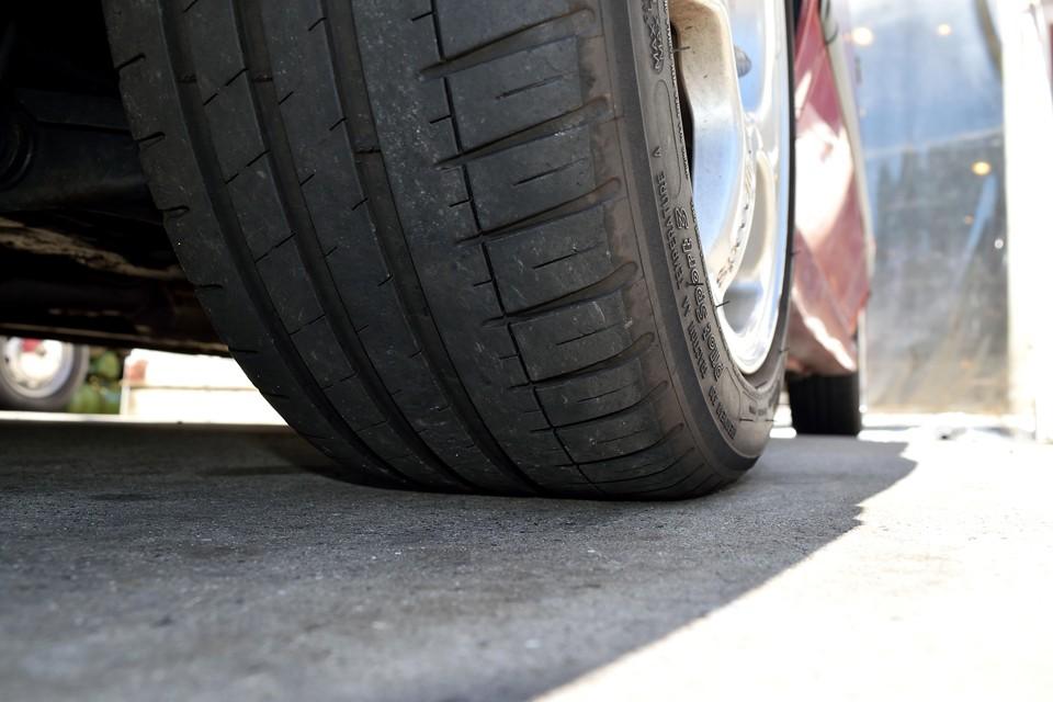 タイヤ残山は4~5分山というところでしょうか。当分は交換の必要はなさそうですが、ご成約に合わせて交換ご希望の場合は、格安(タイヤ代のみ、交換工賃サービス!)にてご提供させていただきます。