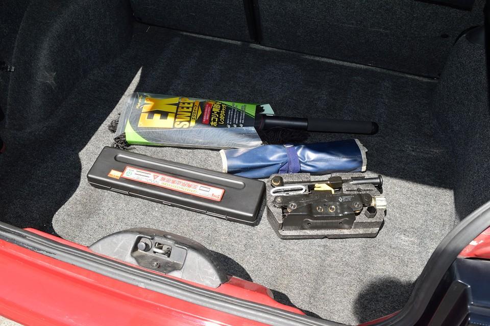 ご覧の工具、ジャッキ、三角表示板、毛バタキも付属します。