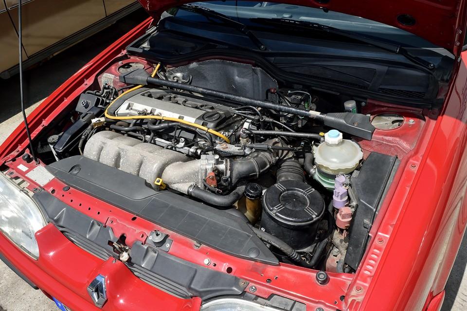 直列4気筒DOHC16V 1764cc、Max power139ps/6500rpm、Max torque 16.5kg・m/4250rpmを発生するパワーユニット!あのクリオ・ウイリアムスには数値では少し劣るものの、空気抵抗値(cd)0.30のおかげか、加速性能や最高速では上回る実力!