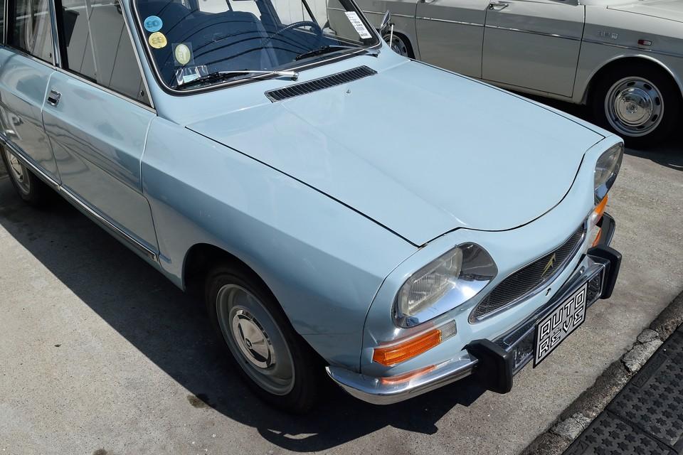 フランス車らしい、おしゃれな色ですね。塗装もガンバって磨いたのでなんとかこれだけのツヤが・・・。