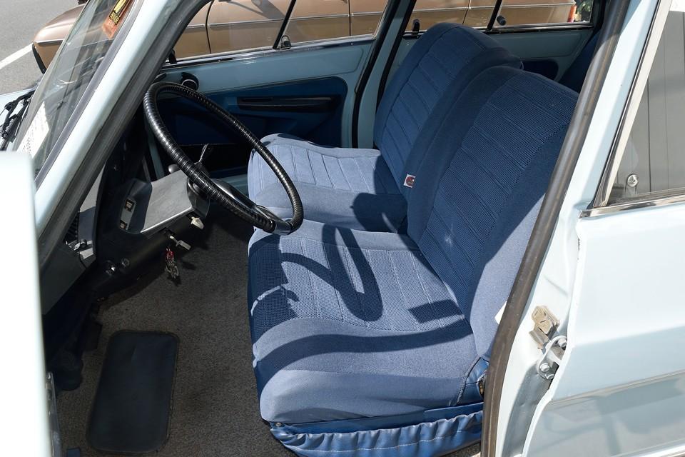 元々は青ビニールレザーのシートですが、劣化してしまったんでしょうね、張替ではなく、オリジナルイメージそのままの良くできた布カバーを被せて補修?されています。