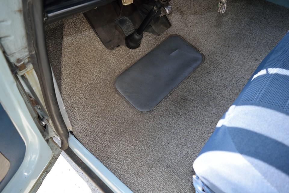 そして、遮音と乗り心地を兼ねた分厚いカーペット!足元はビックリするくらいフカフカです。
