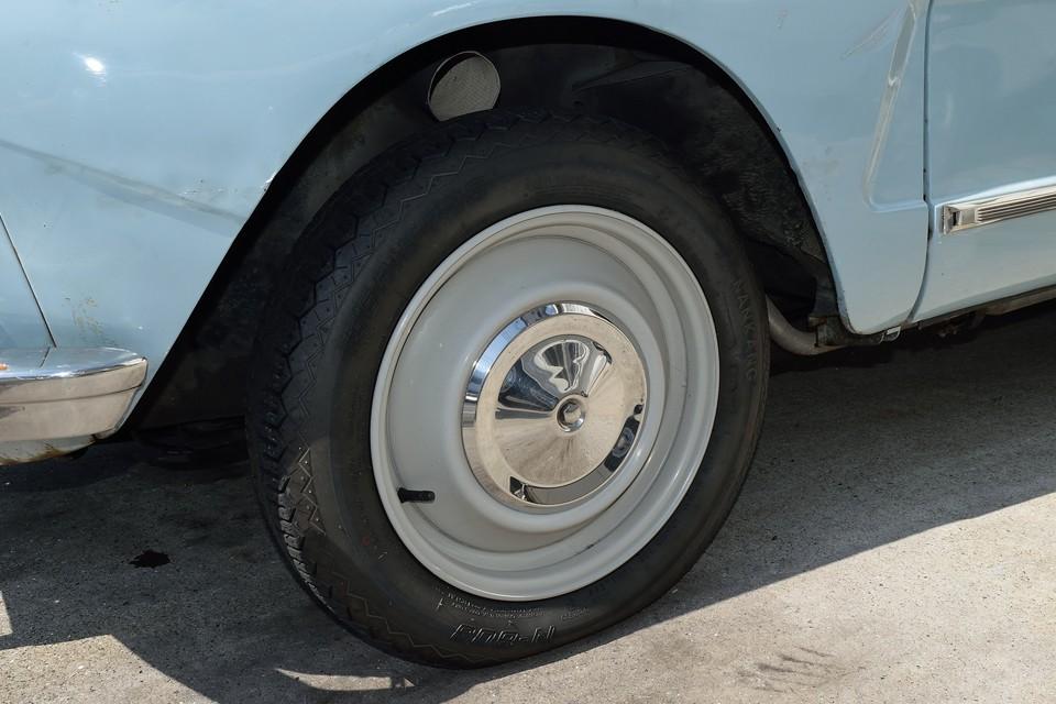 シンプルな鉄ッチンホイール、ホイールキャップに目立つキズは無く、良い状態だと思います。タイヤは現在NANKANG製で残山もそこそこあるのですが・・・。