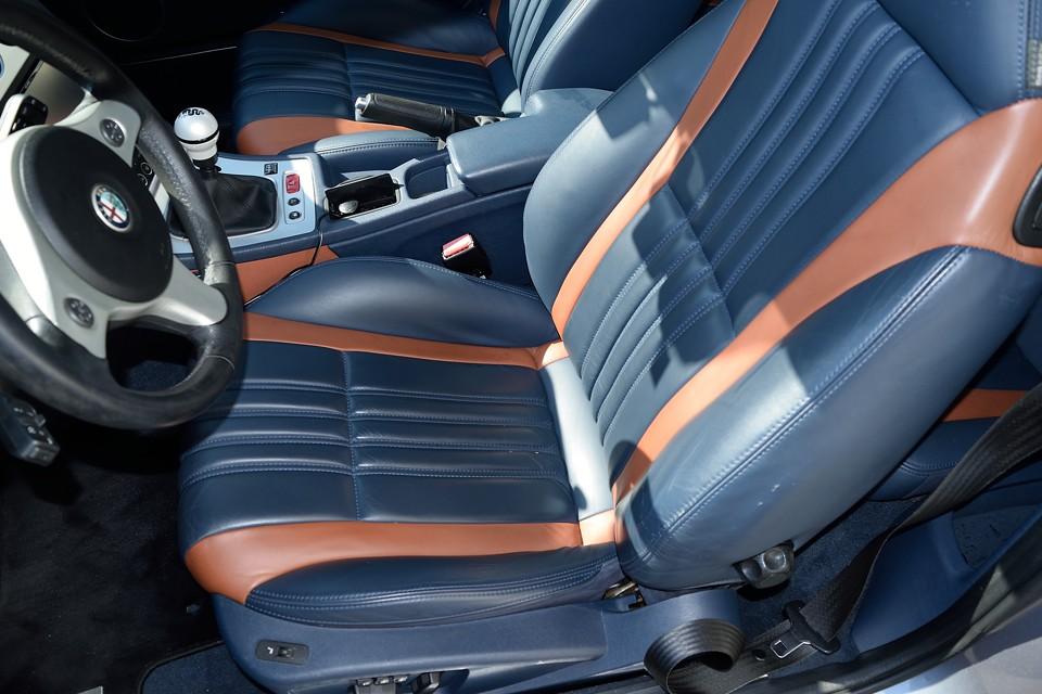 一番使用感のある運転席でこの状態です。もちろん、小キズや小スレはありますが、今までのお手入れが良かったのでしょうか、とても清潔な印象です。