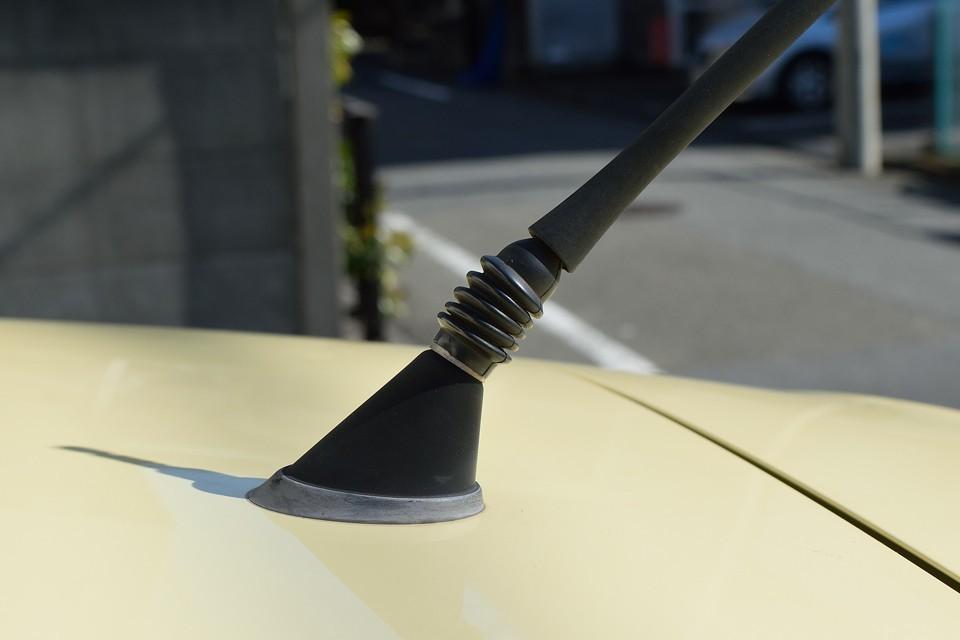これはもう実用的にも、見た目にも必需品と言っていいアンテナアダプター。立体駐車場ではこれがないと、いちいちアンテナを取ったり付けたり面倒ですからね。